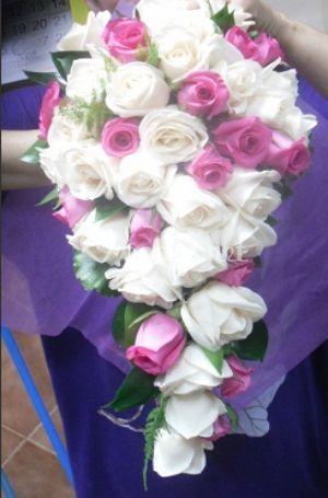 Ramo con caída de rosas