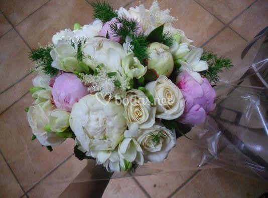 Ramo redondo de peonias y rosas