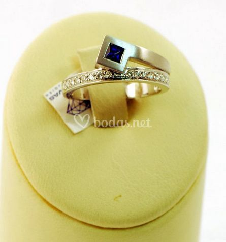 Oro blanco con brillantes y zafiro azul