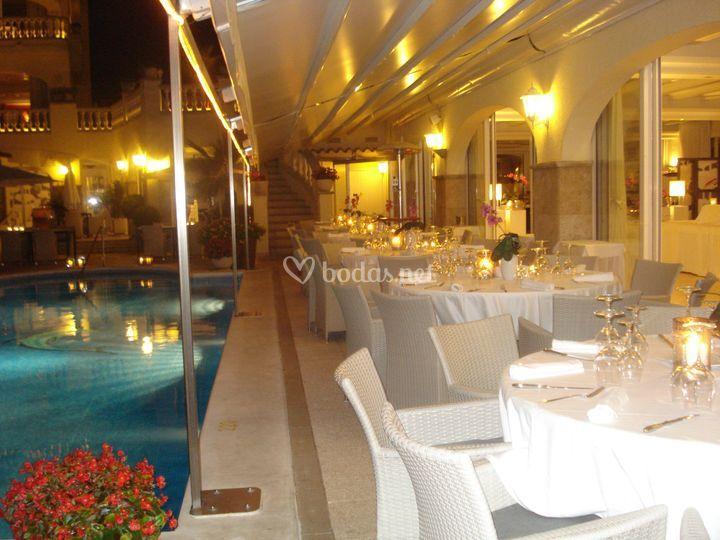 Cena al lado de la piscina