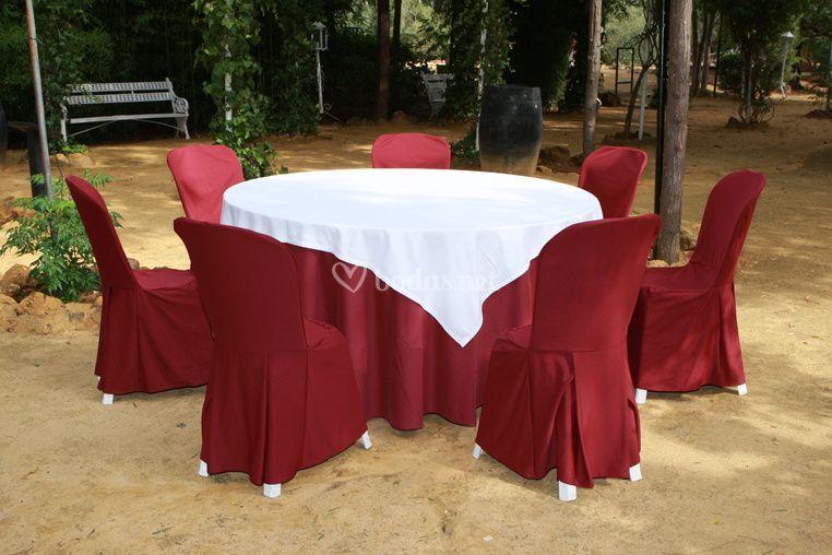 Mantelería en blanco y sillas en rojo