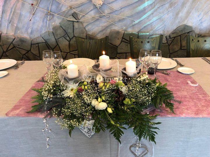 Centro floral lila y crudo