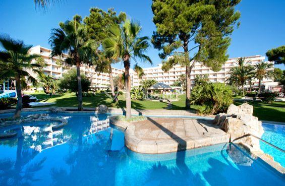 Vista general piscina y hotel