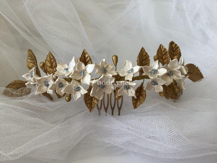 Tiara blanca y dorada
