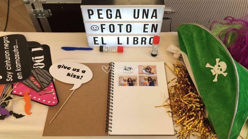 Pega tu foto en el libro