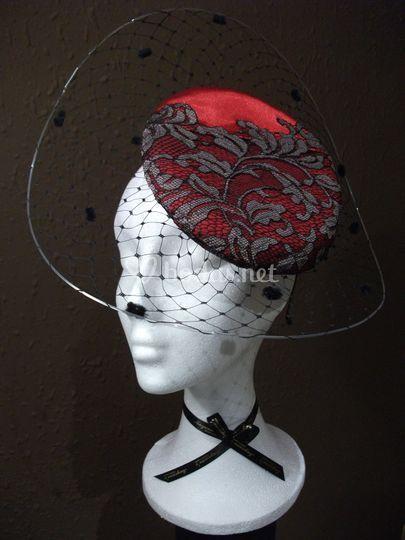 Tocado en rojo y detalles en negro
