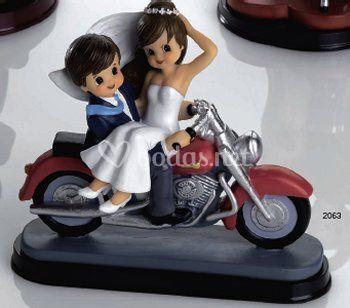 Pareja de novios en moto
