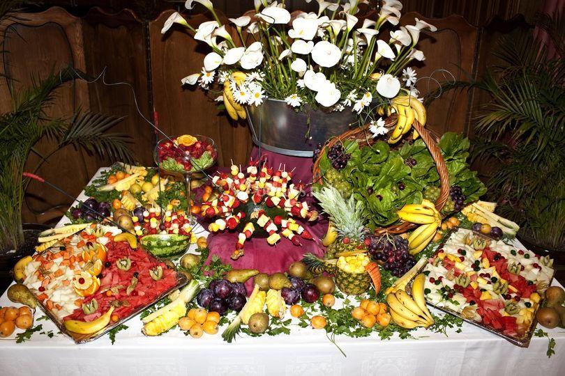 Buffet con frutas y flores