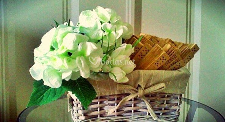 Cesta presentación con flores de Sumoky - Todo un detalle
