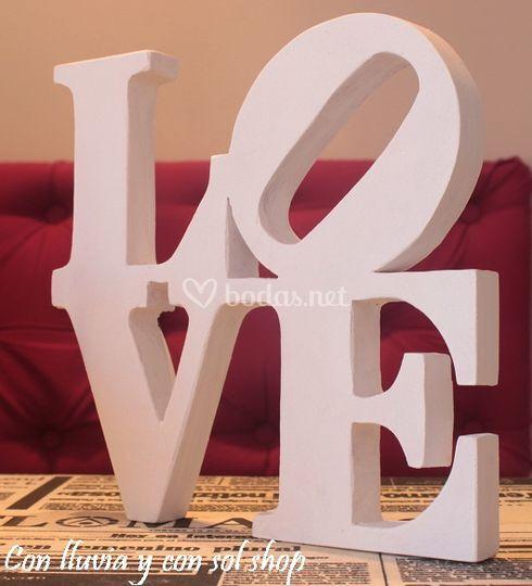 escultura love en madera
