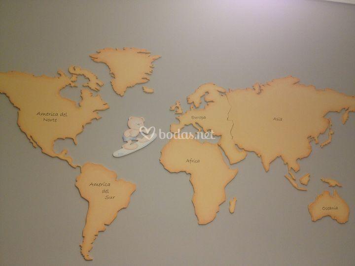 Mural mapamundi de madera
