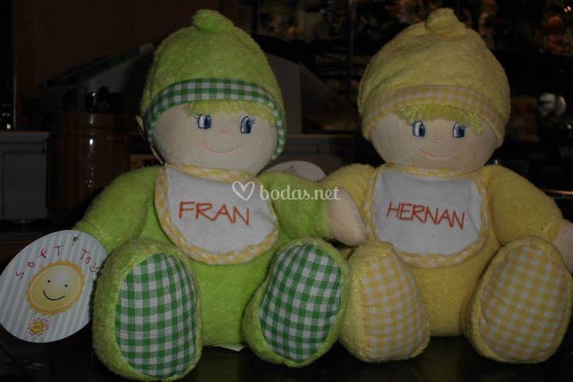 Muñecos con nombres bordados