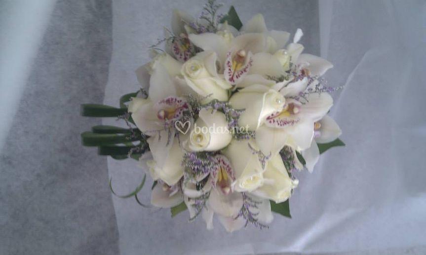 Ramo blanco de rosas y orquídeas