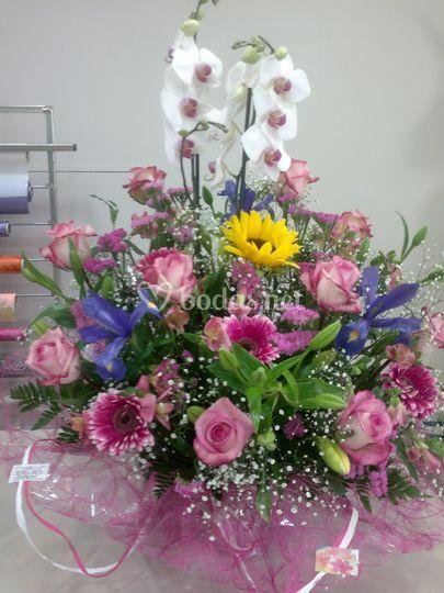Centro de flores con orquídeas