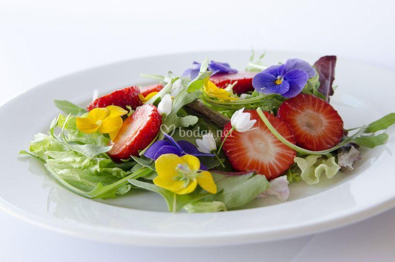 Mecolanza de flores y fresas