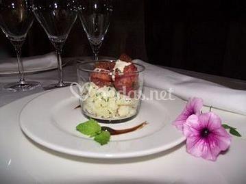 Buñuelos de longaniza de Graus sobre patata chafada y ajoaceite de membrillo