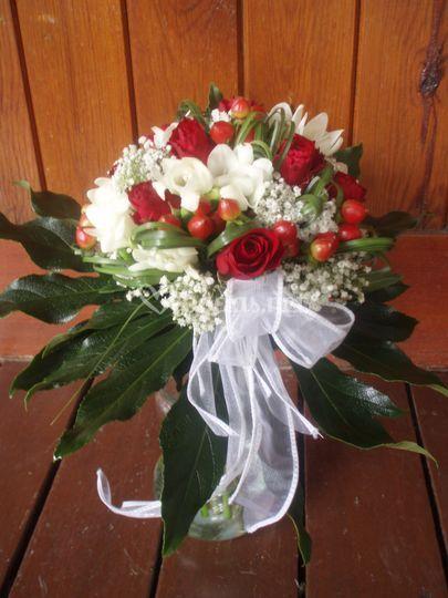 Ramo en stephanotis y rosas