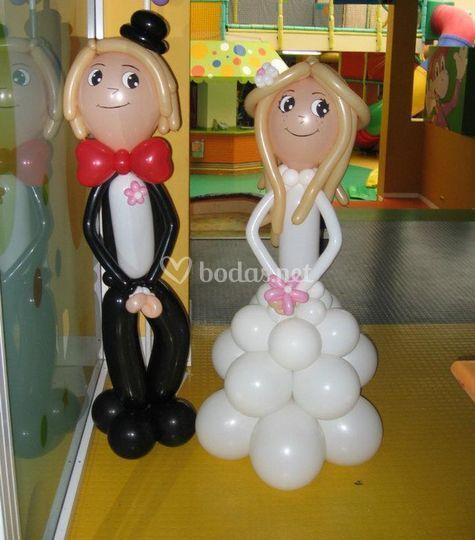 La figura de los novios en globos