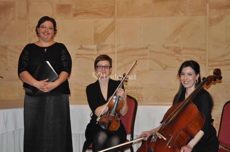 Soprano, violín y violoncello