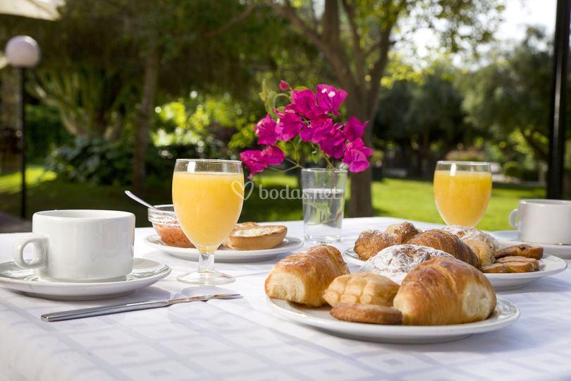 Desayuno en terraza cafetería