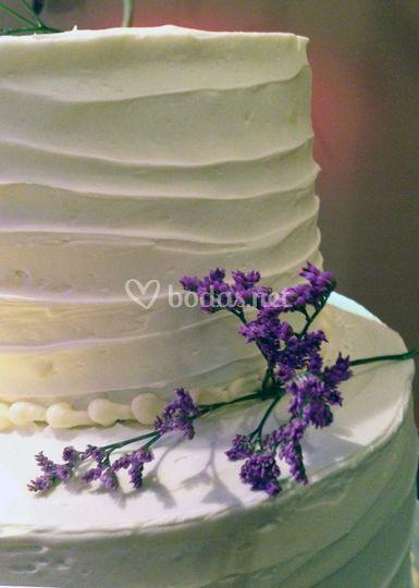 Detalle tarta de boda de tres pisos