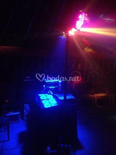 Cabina de dj con iluminación