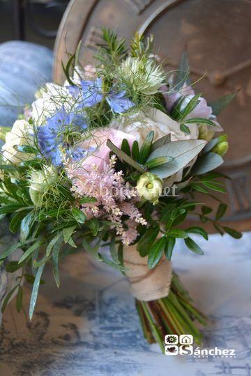 Bouquet romántico de aire silvestre
