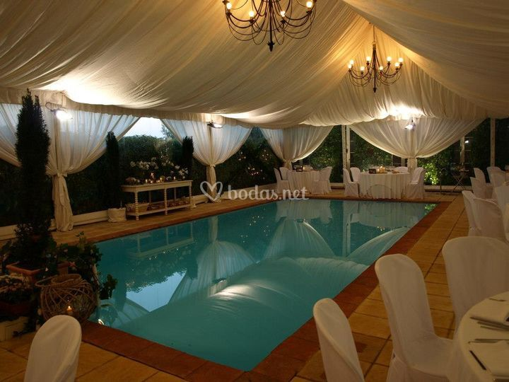 Carpa con piscina interior