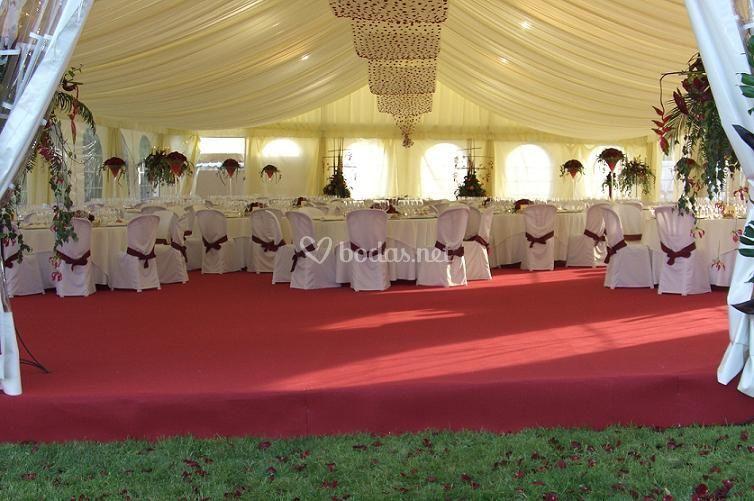 Montaje para boda (con tarima nivelada y enmoquetada)