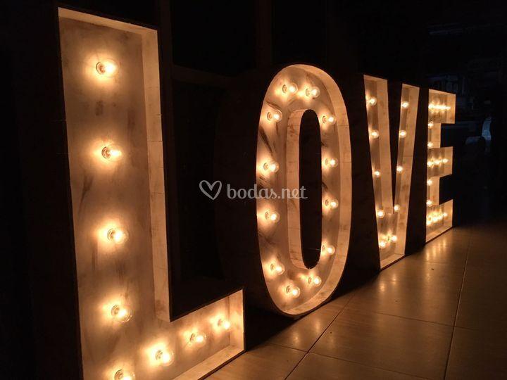 Letras madera con bombillas