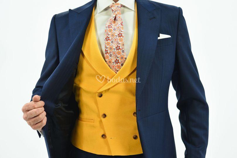 Chaqué azul, chaleco amarillo