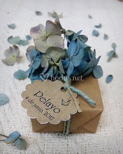 En papel rústico y hortensias