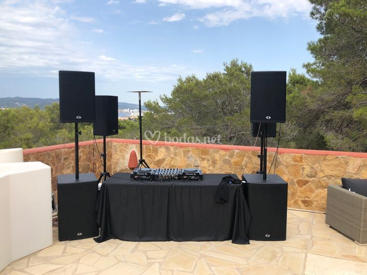 Cabina de DJ con equipo de sonido