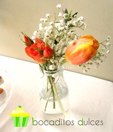 Complemento de flores en mesa