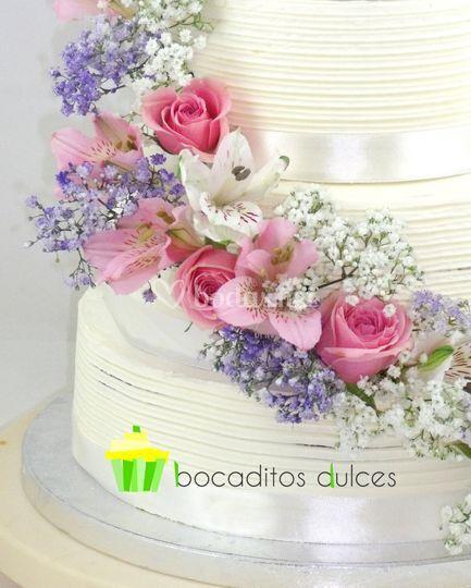 Tarta Cascada Flores Naturales De Bocaditos Dulces Foto 6