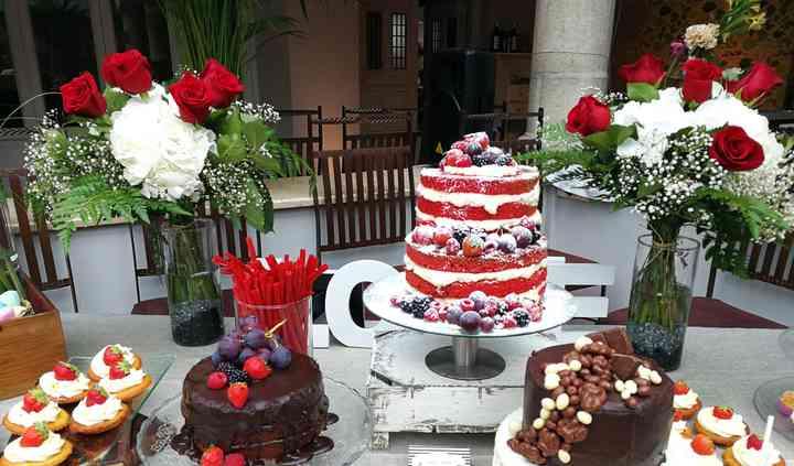 Mesa dulce con tartas