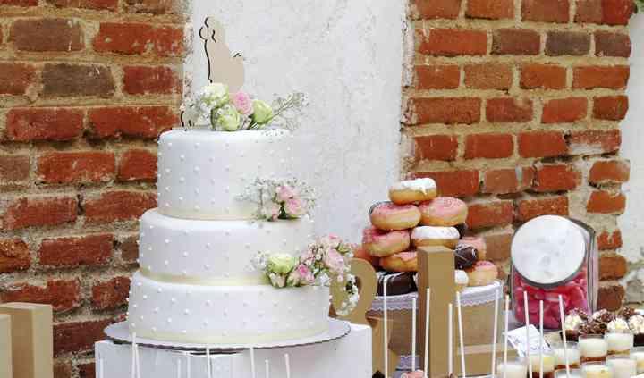 Mesa dulce con tarta y flores