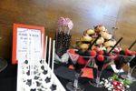 Mesa dulce en rojo y negro