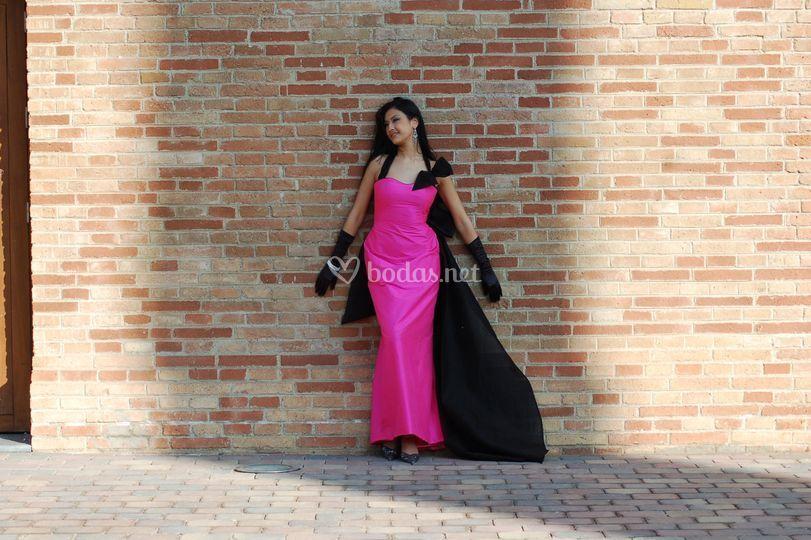 Vestido fucsia con capa negra