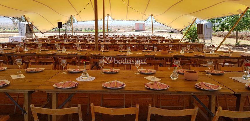 Banquete en mesas alargadas