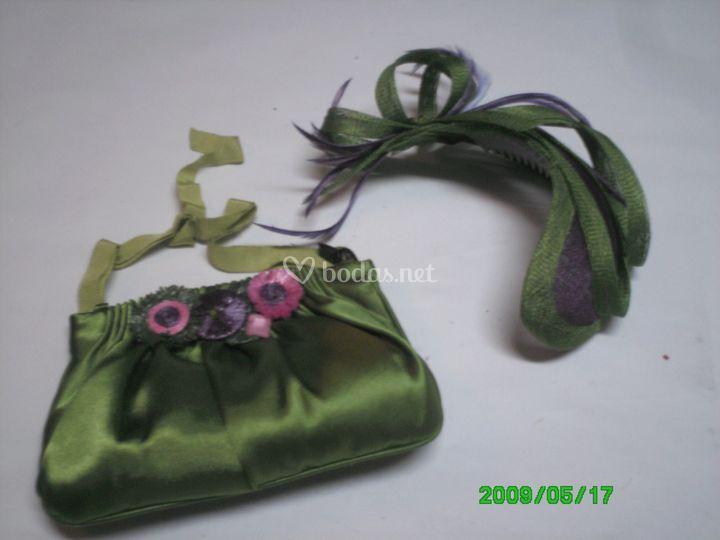 Tocado, bolso verde y morado