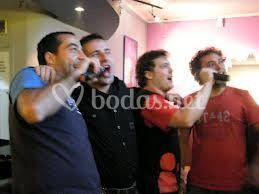 Los chicos cantando