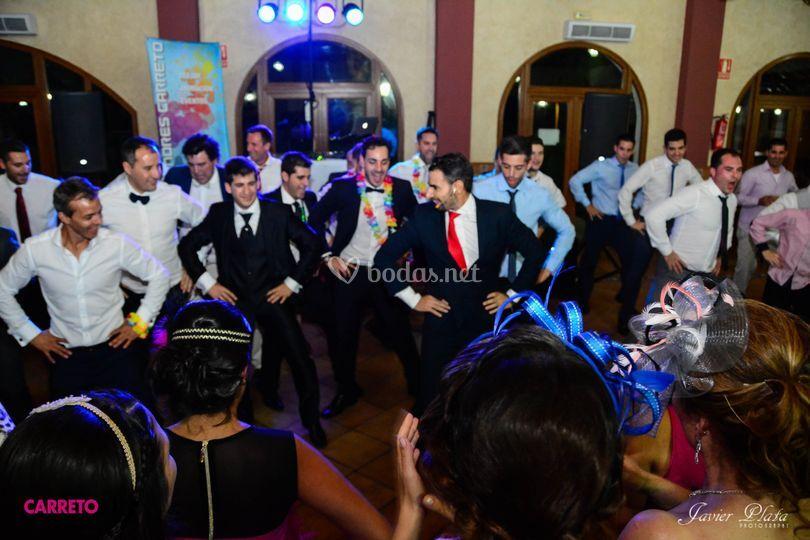 Bailan los hombres de la boda