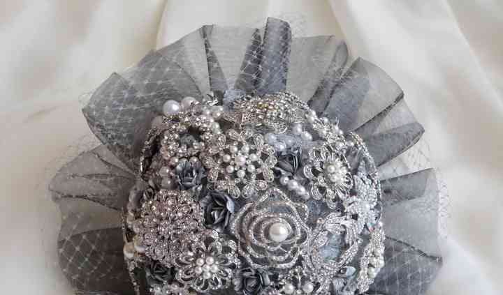 Bouquet de broches y perlas