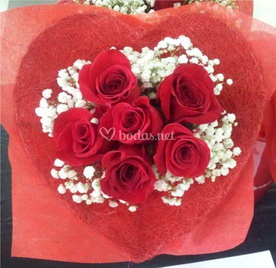 Ramo corazón rosas y rojas