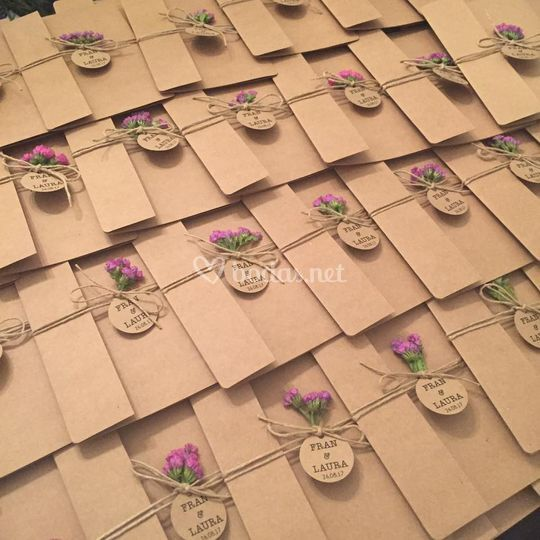 Invitaciones rústicas con flor