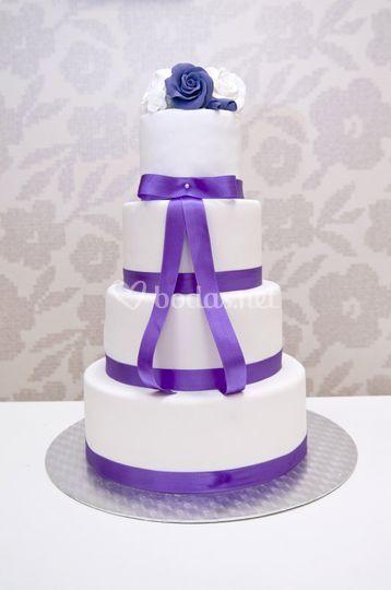 tarta con cintas lilas