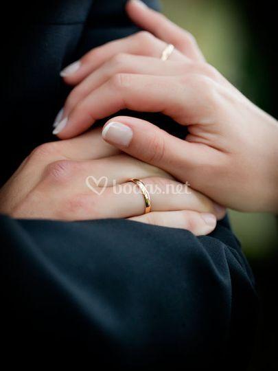 La manos y los anillos de boda