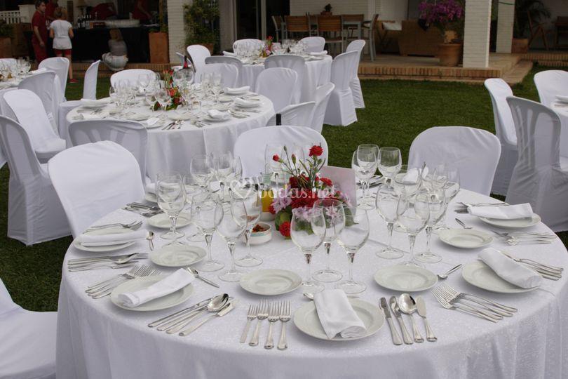 Detalle de mesa en el jardín