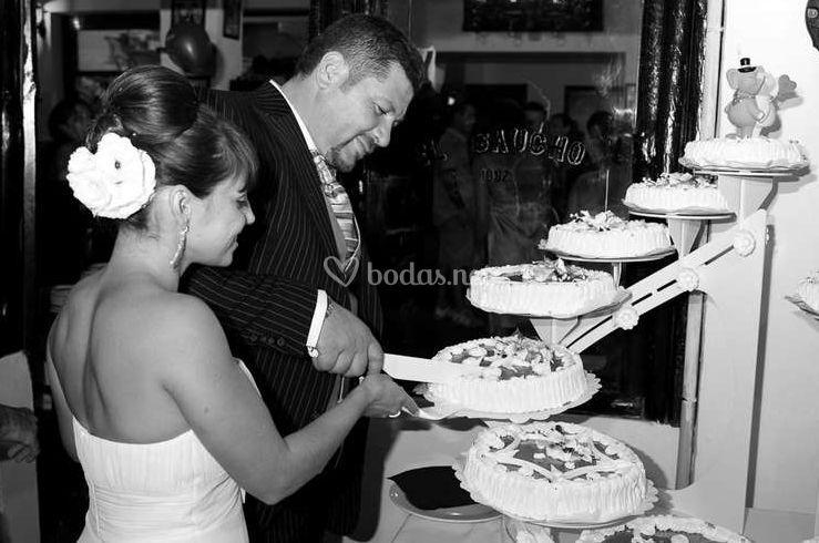 Cortando la tarta de boda